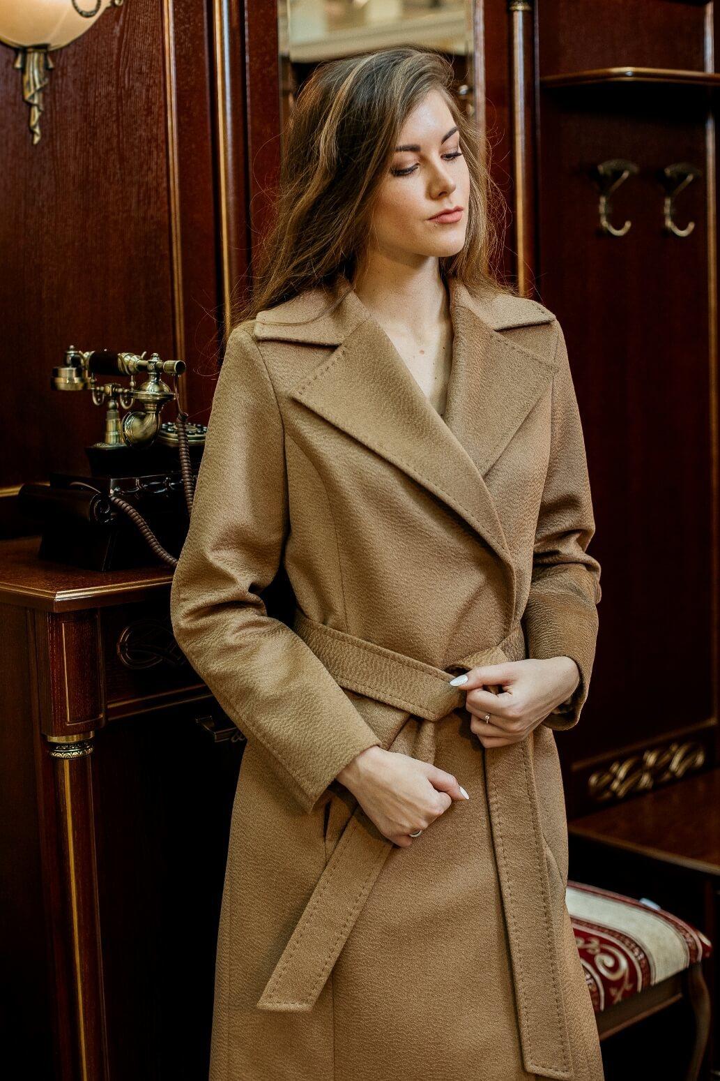 Пальто полуприлегающее из верблюжьей шерсти
