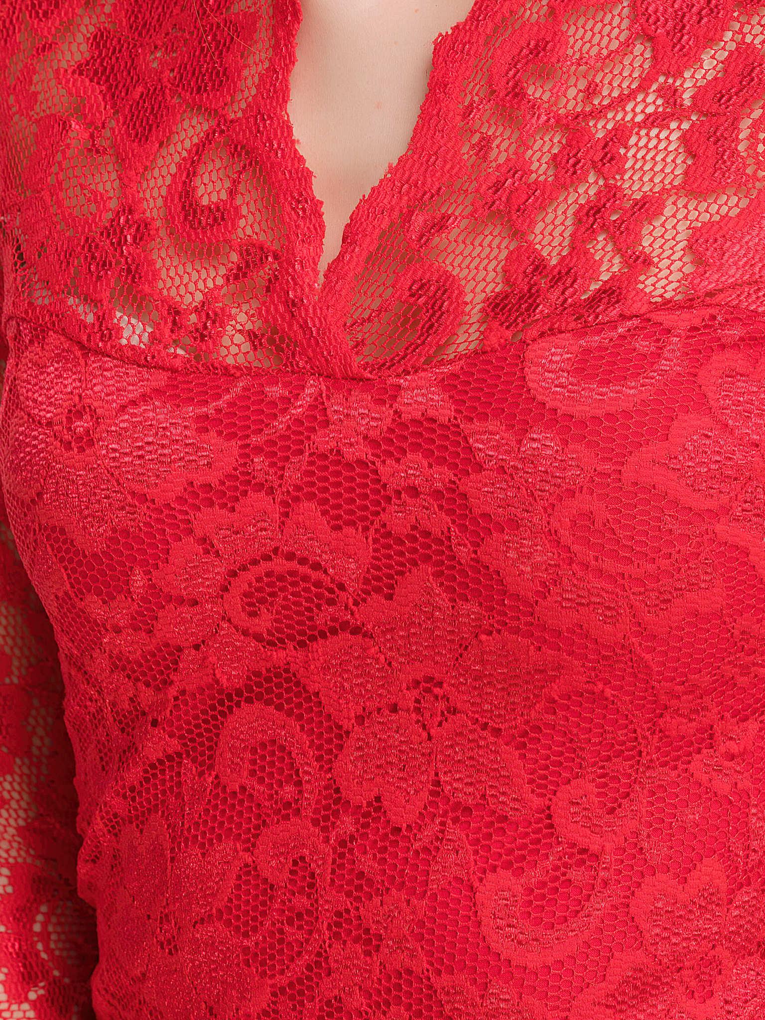 Красное кружевное платье с V-образным вырезом