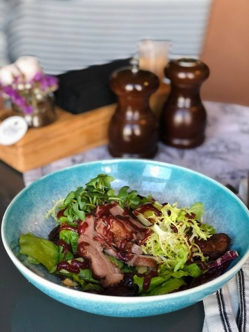 Салат с утиной грудкой, сливой и орехами кешью