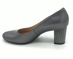 Серые кожаные туфли на контрастном каблуке