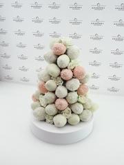Свадебная башня из клубники в шоколаде