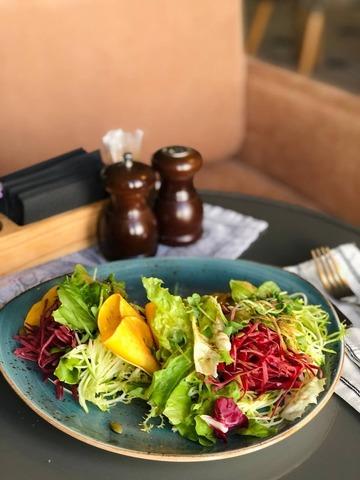 Салат из тыквы, авокадо и цукини с горчичным маслом и тыквенными семечками