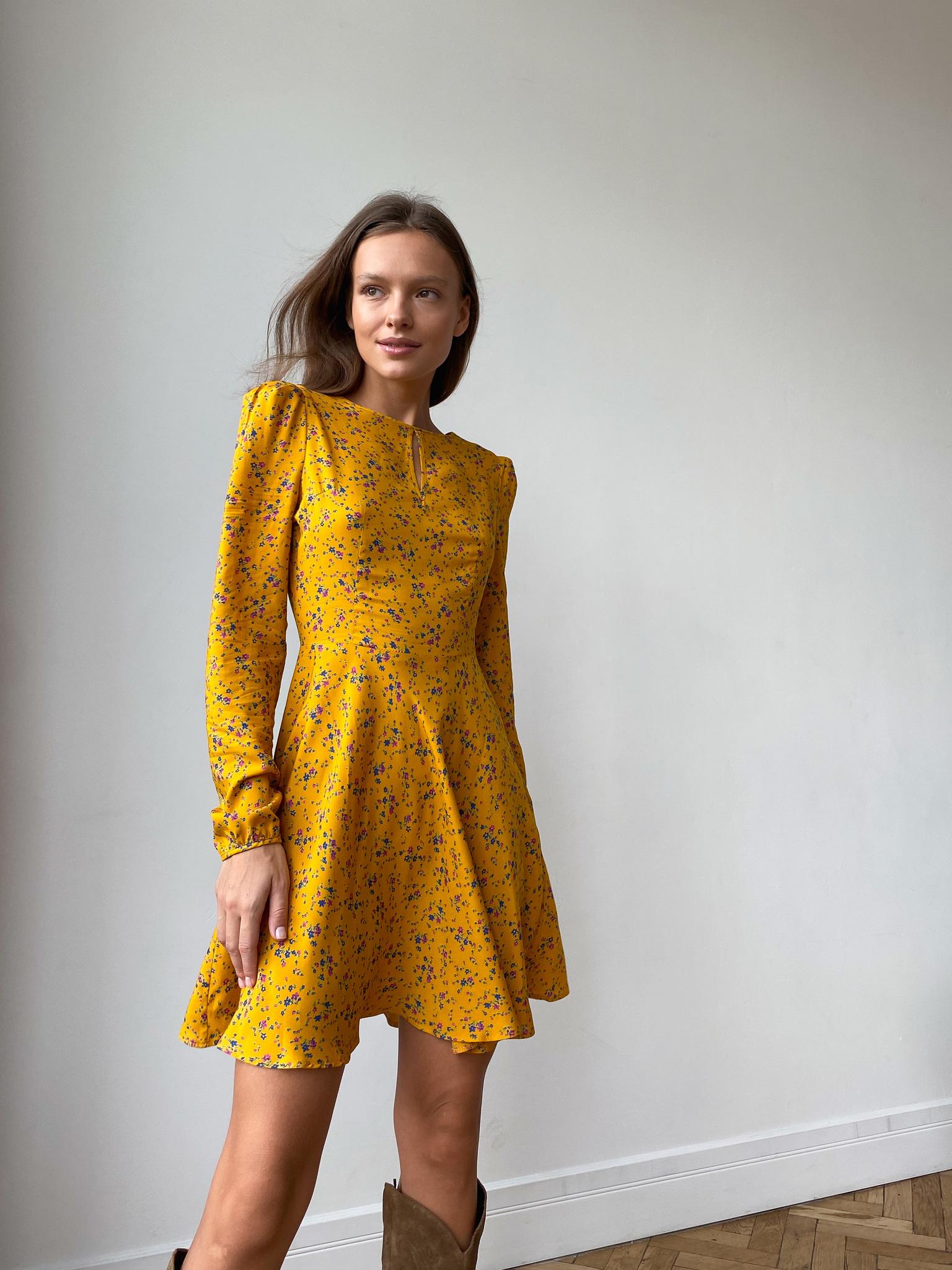 Платье с пышным рукавом и короткой юбкой солнце (яркие цветы на горчичном)