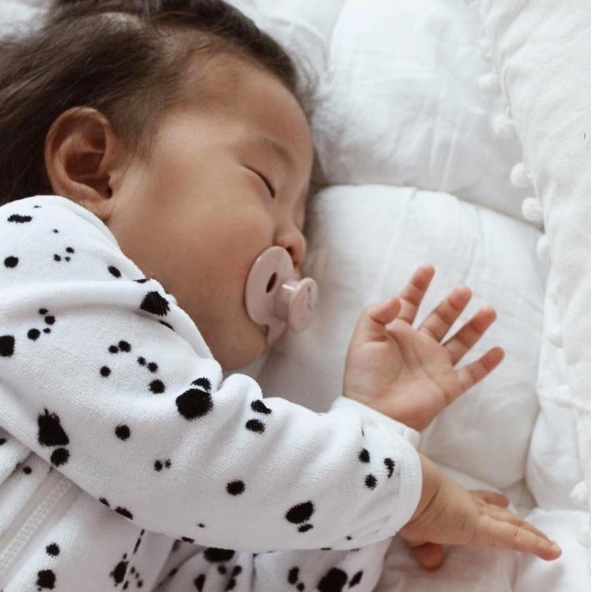 Велюровый комбинезон с открытой ножкой Mjölk  Sleep and Play Кляксы