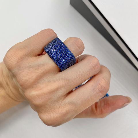 47922-Широкое кольцо из серебра с синими микроцирконами