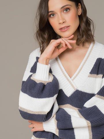 Женский джемпер белого цвета в темно-серую полосу  - фото 2