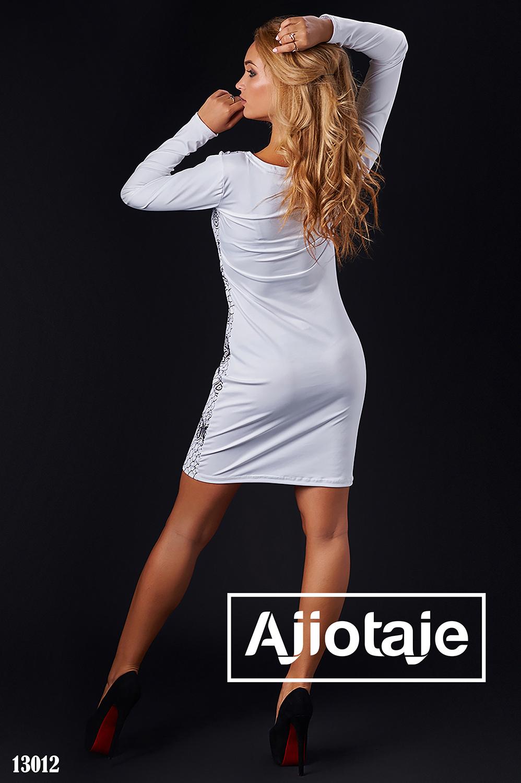 Платье белого цвета с черным узором