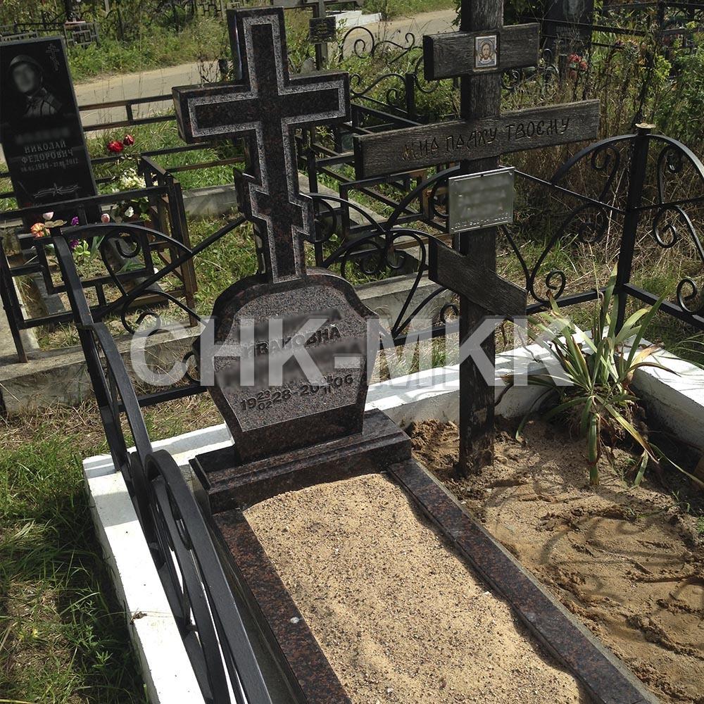 Гранитный крест с цветником