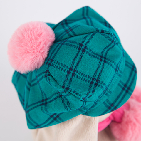 Зайка Ми в зеленой кепке и розовом шарфе