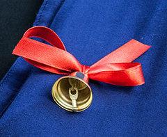 Колокольчик средний для выпускников с красной лентой и булавкой