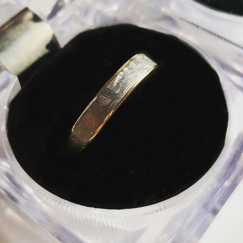 Золотое обручальное кольцо с метеоритом Муонионалуста