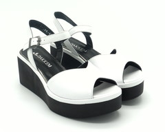 Белые кожаные сандалии на платформе с фигурным вырезом