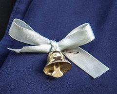 Колокольчик маленький для выпускников с белой лентой и булавкой
