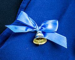 Колокольчик маленький для выпускников с синей лентой и булавкой