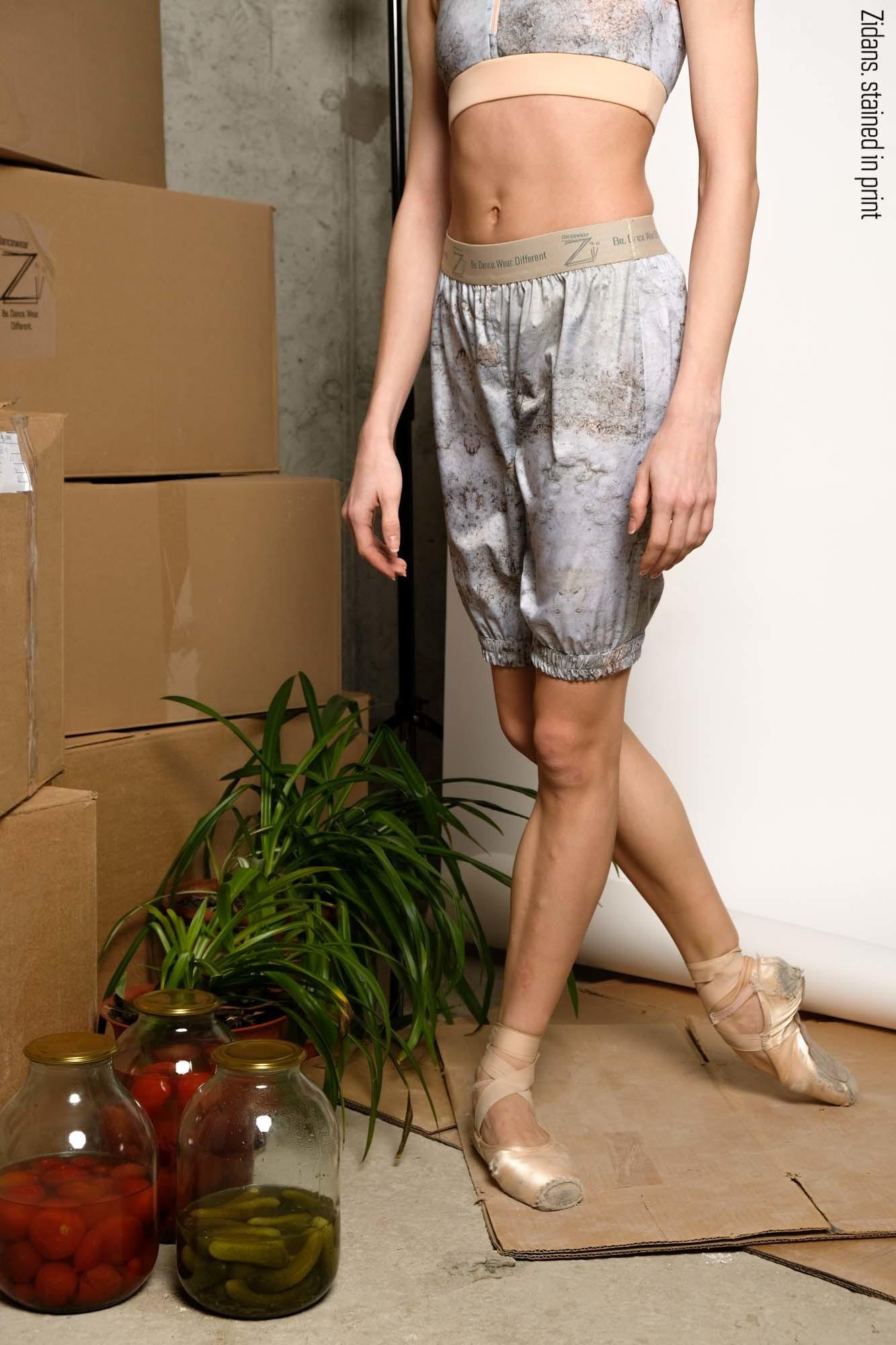 Удлинённые шорты-сауна, испачканные принтом |  нежная_грязь