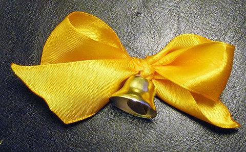 Колокольчик маленький для выпускников с золотой лентой  и булавкой