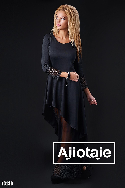 Платье черного цвета, декорированное кружевом