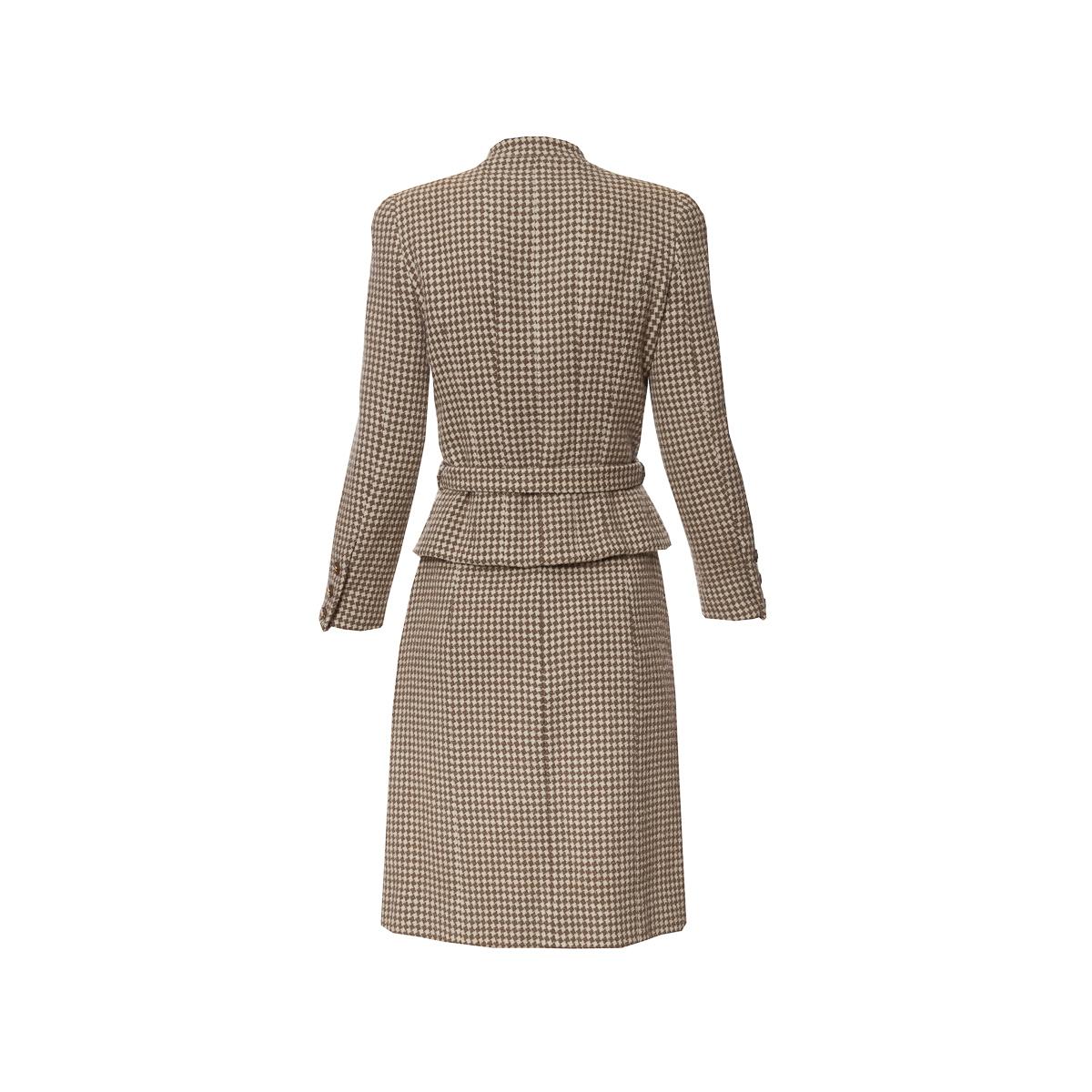 Классический костюм из твида от Chanel, 34 размера.