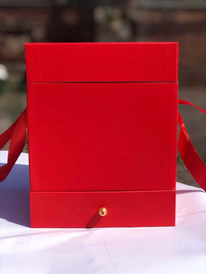 Квадратная коробка с отделением для подарка. Цвет: Красный   . В розницу 500 рублей .