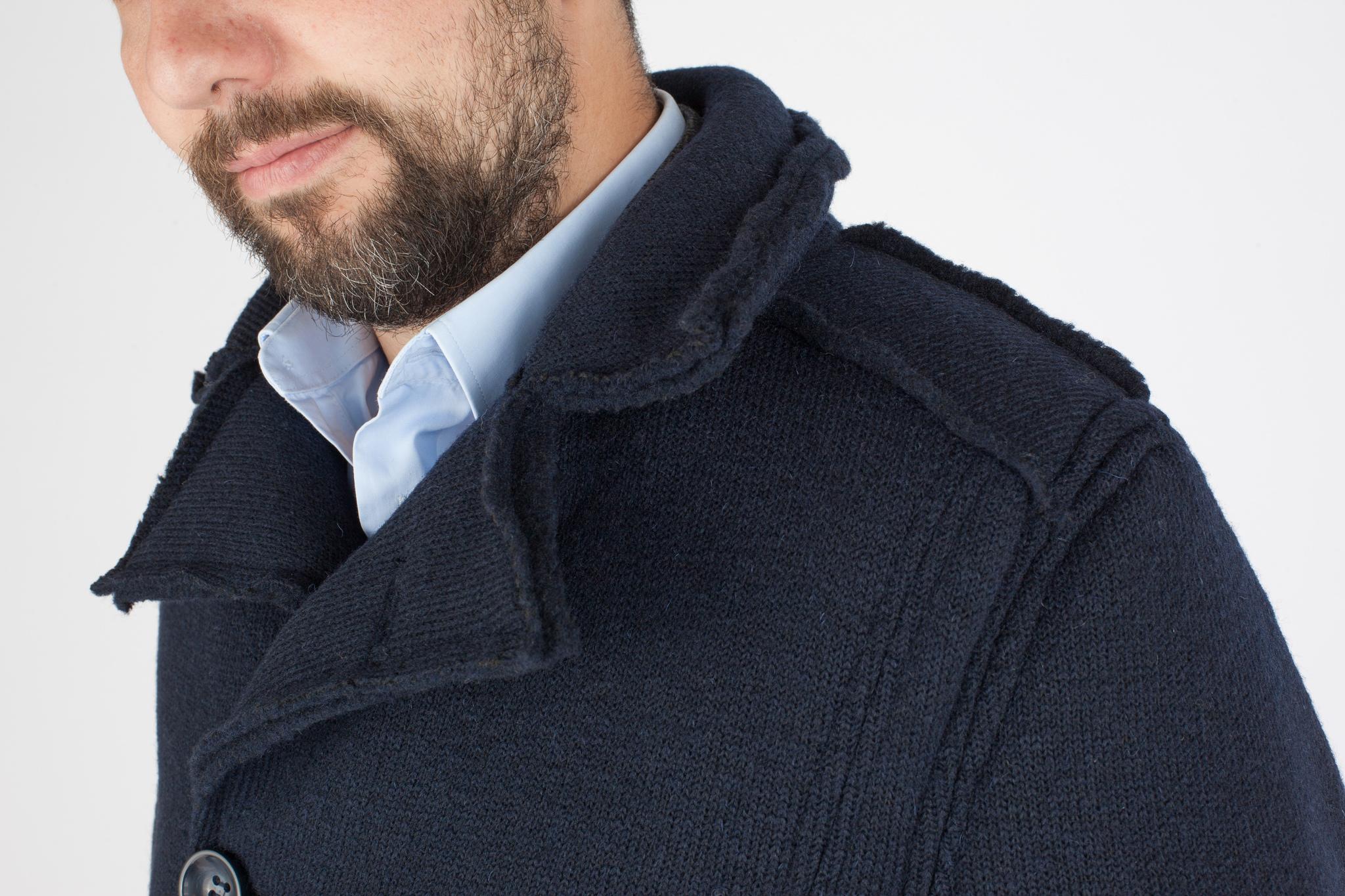 Двубортное тёмно-синее полушерстяное пальто, воротник