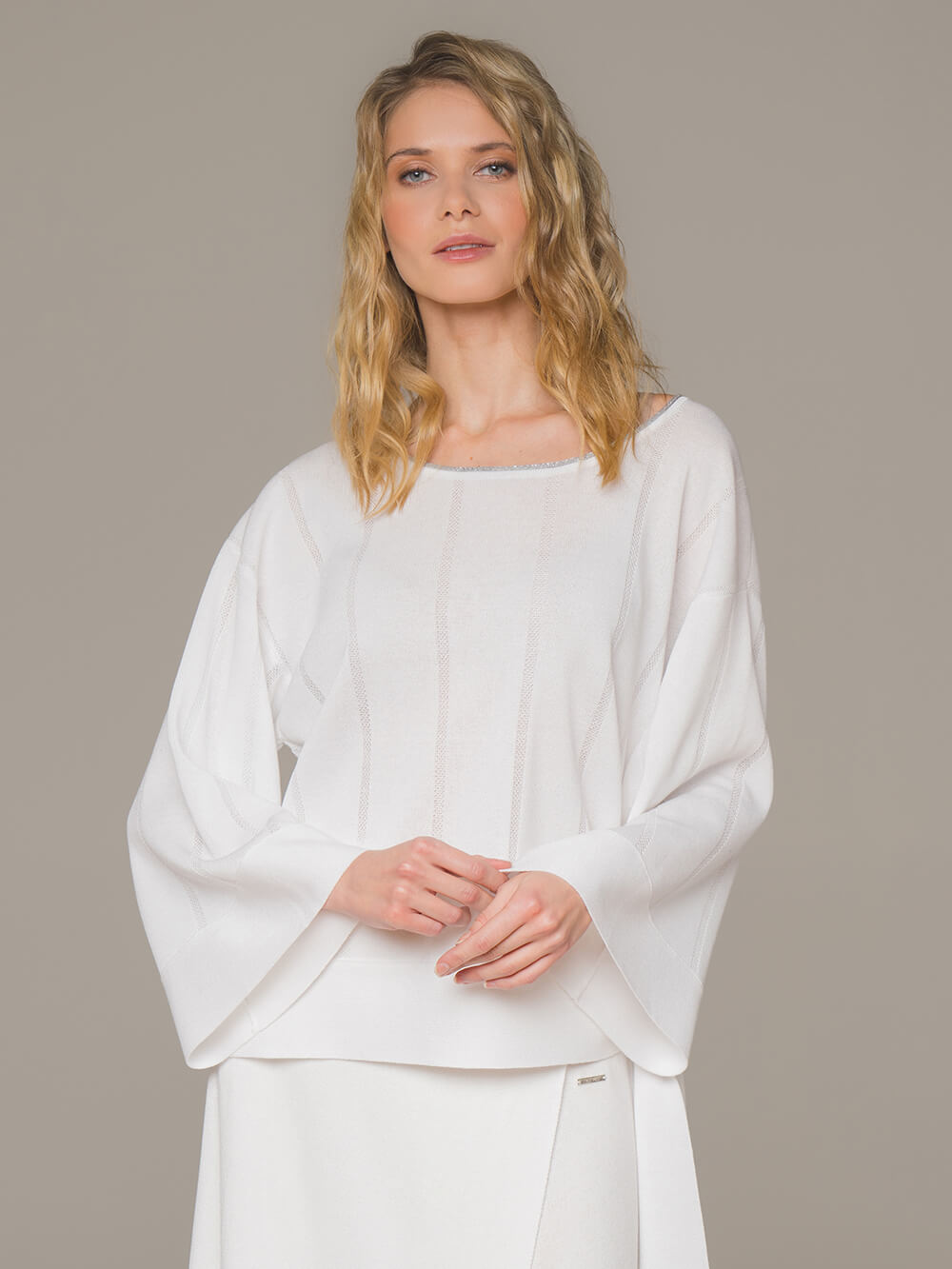 Женский свободный джемпер белого цвета - фото 1