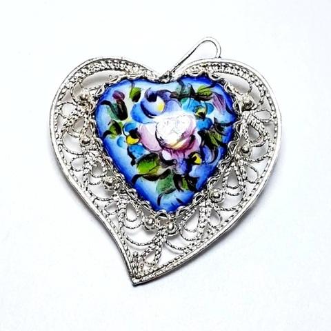 Брошь с ростовской финифтью Сердечко с серебрением. Цветы на синем фоне.