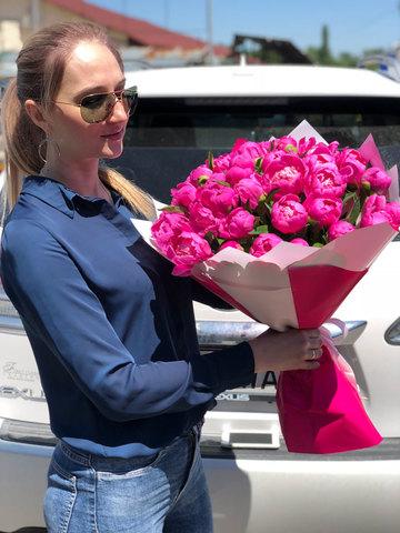 Букет из 39 розовых пионов