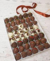 Клубника в шоколаде с шоколадными буквами 48 шт