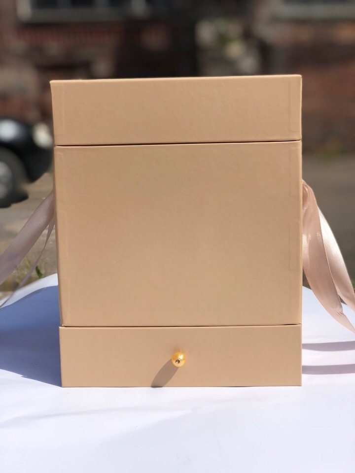 Квадратная коробка с отделением для подарка. Цвет: Крафт   . В розницу 500 рублей .