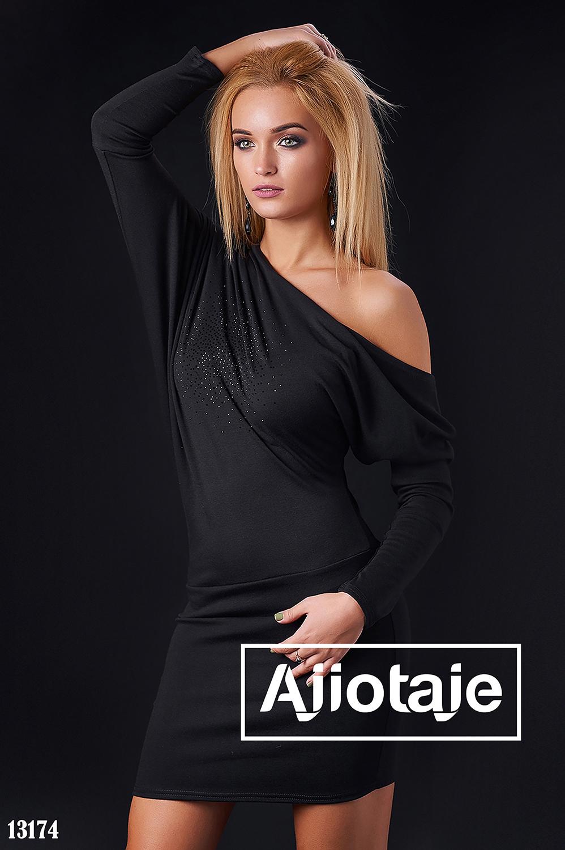 Свободное платье черного цвета со стразами