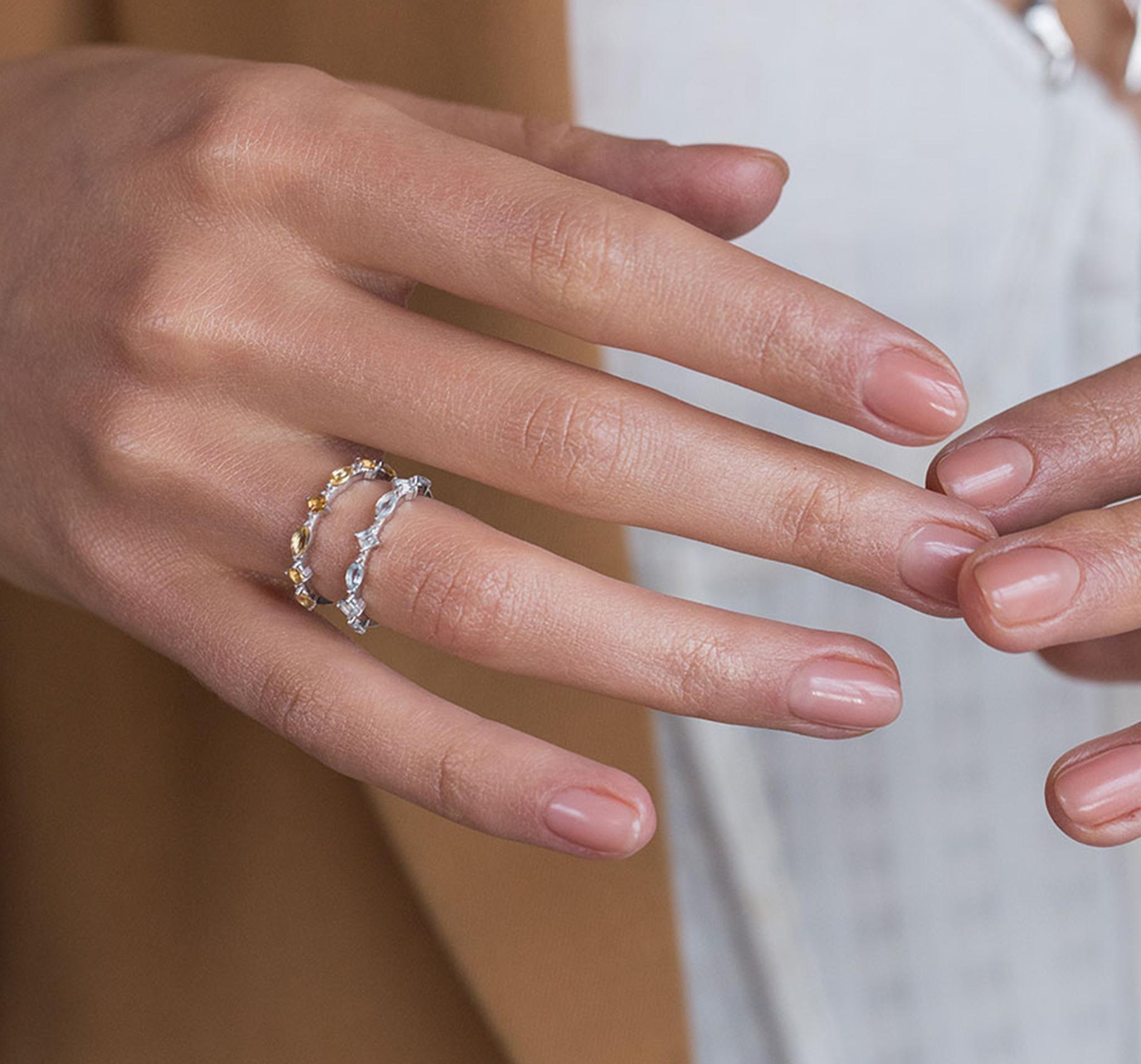 Нежное тонкое кольцо с голубыми топазами разной огранки