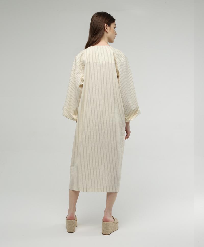 Платье-халат белого цвета в черную полоску