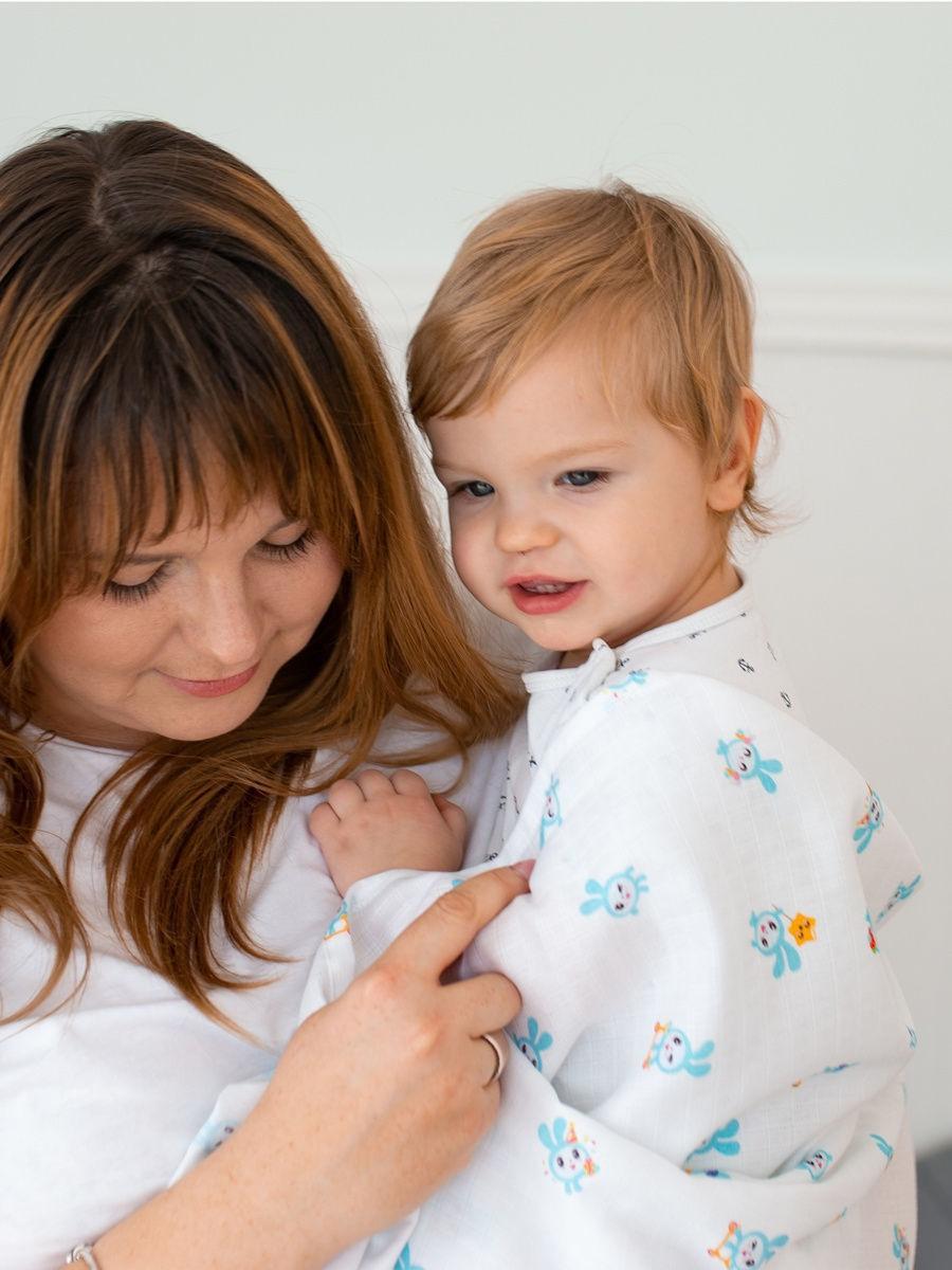 Имиджевое фото мамы с муслиновым одеялом для новорожденных и детей Adam Stork лимитированной коллекции Малышарики