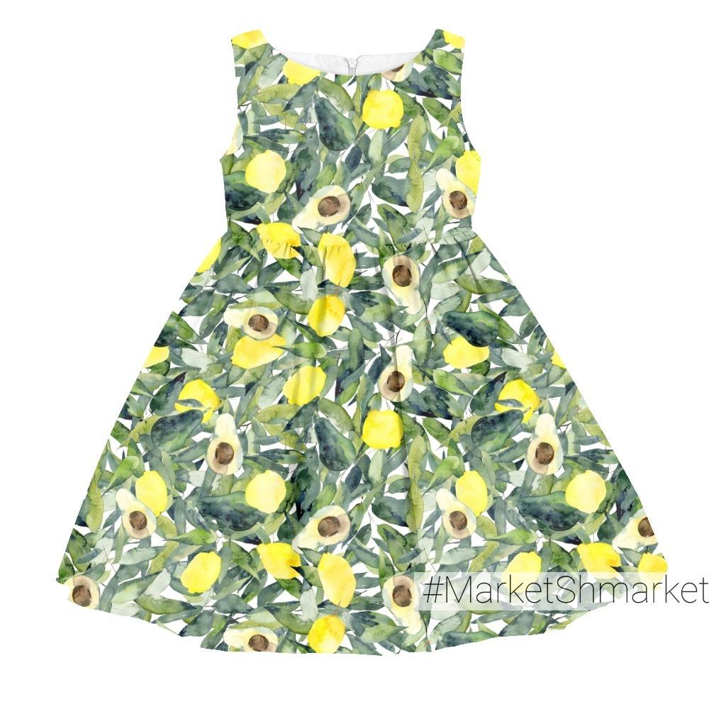 Лимоны и авокадо на зеленой листве