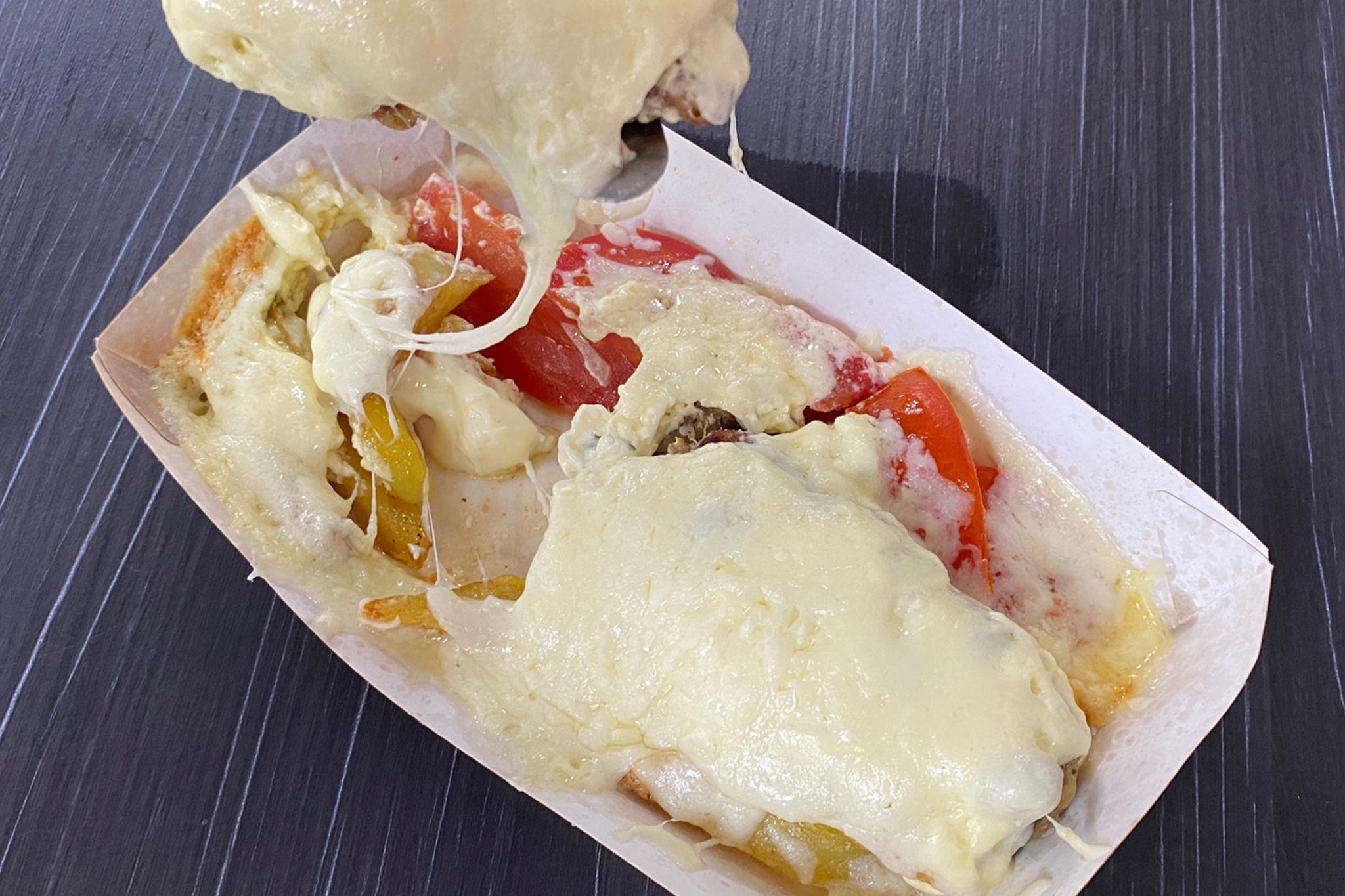 люля кебаб из курицы-свинины запеченое под сыром с овощами