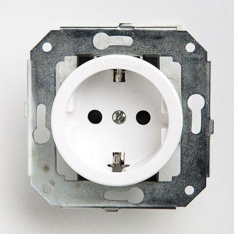 Розетка с заземлением и шторками для внутреннего монтажа. Цвет Белый. Salvador. CL12WT