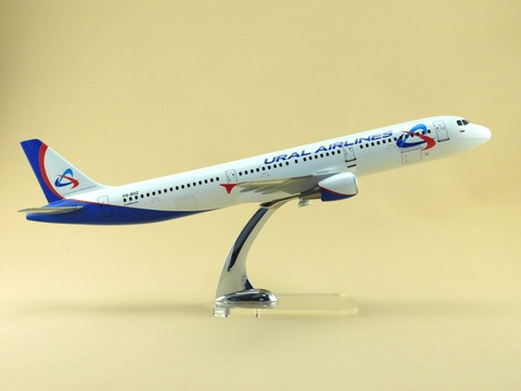 Модель самолета Airbus A321 (М1:100, Ural Airlines)