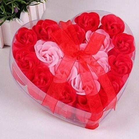 Мыльные розы в подарочной коробке в виде сердца красные