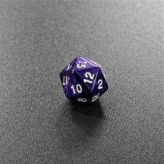 Фиолетовый мраморный двадцатигранный кубик (d20) для ролевых и настольных игр