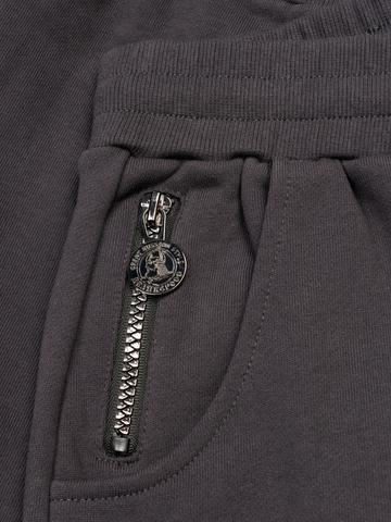 Спортивные штаны графитового цвета с манжетами, без лампасов