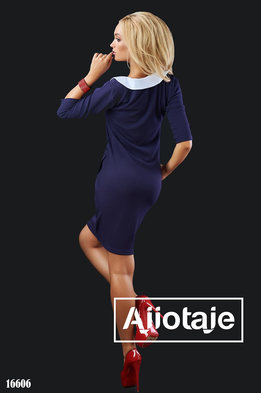 Темно-синее платье облегающего силуэта