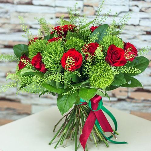 Букет АПЛОДИСМЕНТЫ красные розы зеленая гвоздика грин трик