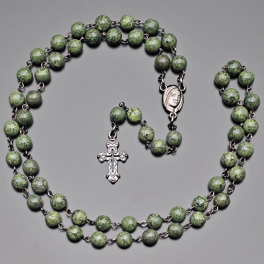Мужские бусы из натурального камня змеевика и ювелирного сплава черного цвета с крестом Rico La Cara AMX000281