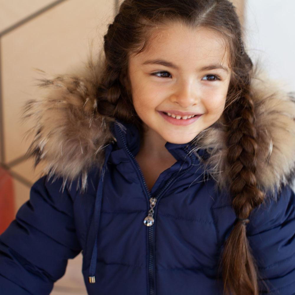 Дитячий однотонний зимовий комбінезон темно-синього кольору і опушкою з натурального хутра попелястого кольору