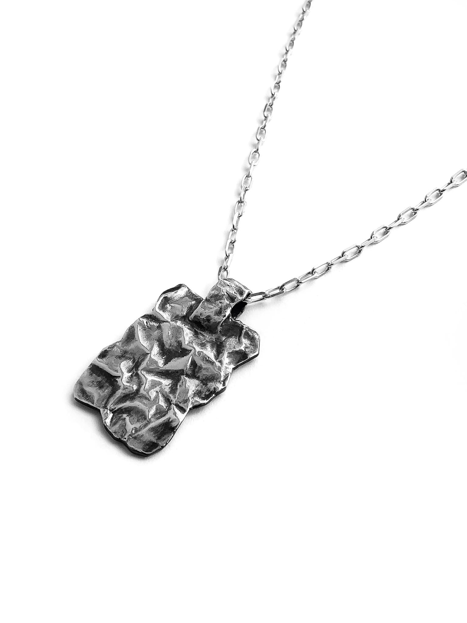 Серебряное колье с прямоугольным медальоном