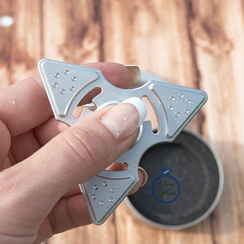 Спиннер из металла трехлучевой со стразами на лепестках серебряного цвета 17026M_silver