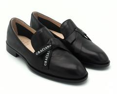 Туфли черные на низком каблуке с декоративным бантом