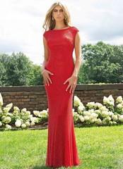 Красное платье украшенное сложным узором из бисера