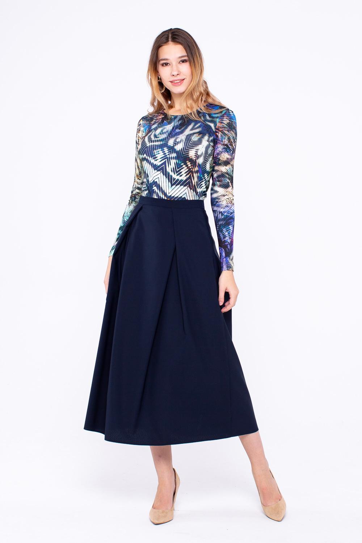Юбка Б088-140 - Стильная юбка-миди универсального темно-синего цвета из высококачественной костюмной шерсти. 2 встречные складки спереди и ссади, функциональные карманы в боковых швах - все это делает эту модель юбки незаменимой в повседневном гардеробе.