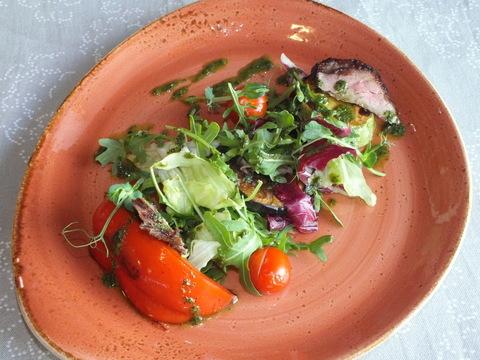 Теплый салат с телятиной и овощами гриль  с мятно-базиликовой заправкой